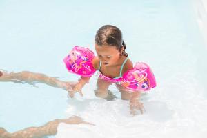 initier-son-enfant-a-la-natation-comment-faire