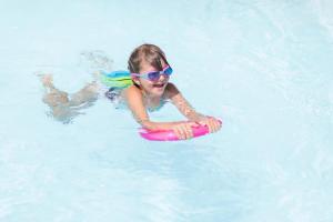 natation-comment-preparer-le-sac-pour-bebe-nageur