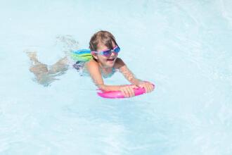 Natation : comment préparer le sac pour bébé nageur ?