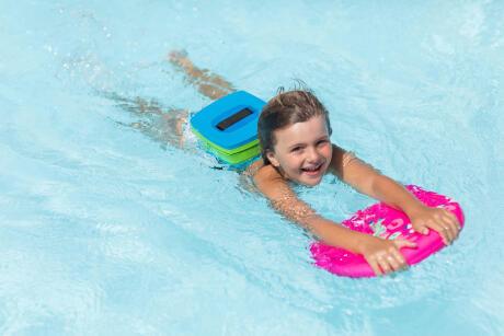 Est-ce que bébé va mettre la tête sous l'eau ? Pourquoi les bébés savent nager ?