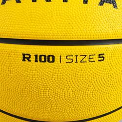 Ballon de basket R100 de taille 5 et 7 jaune. Parfait pour débuter. Résistant