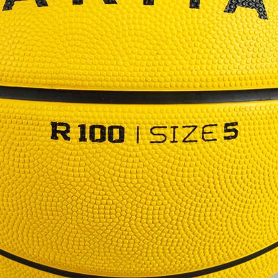 Ballon de basket R100 de taille 5 jaune. Parfait pour débuter. Résistant