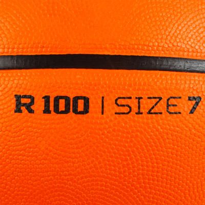 Ballon de basket adulte R100 taille 7 orange parfait pour débuter et résistant.