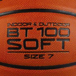 Ballon de basket BT100 de taille 7 orange pour garçons à partir de 13 ans .
