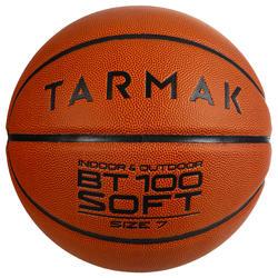Ballon de basket BT100 de taille 7 orange pour les hommes à partir de 13 ans .