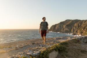 Conseils-faire-du-sport-après-un-AVC-homme-randonnée-mer