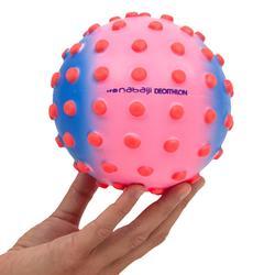 Kleine bal voor watergewenning roze met oranje pinnetjes