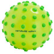 Pelota amarilla con picos de espuma verdes. Aprox. 15 cm de diámetro.