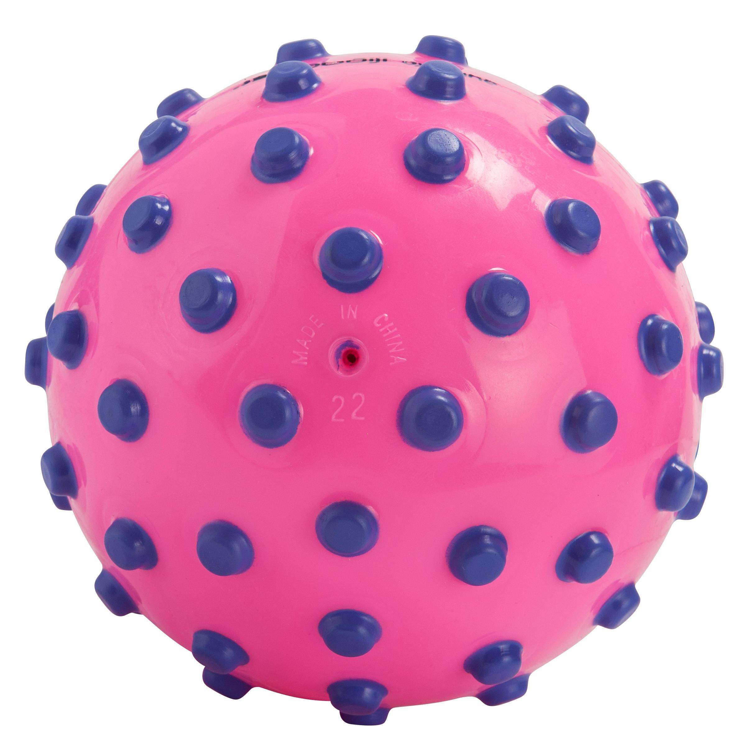 Ballon rose avec picots violets en mousse.Environ 15 cm de diamètre
