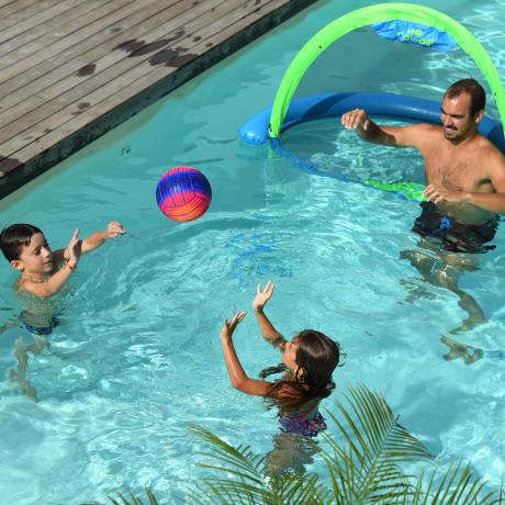 jeux de ballons dans la piscine