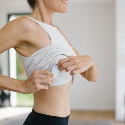 Damestopje voor pilates en lichte gym 900 slim fit met ingewerkte beha zwart