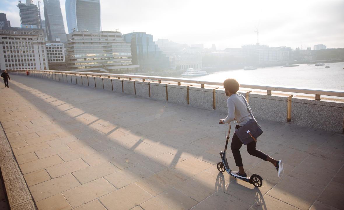 Se rendre au travail en trottinette : cinq avantages