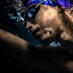 Zweedse zwembril 900 zwart/blauw heldere glazen