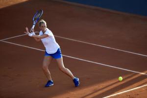 Dame mit Tennis Shirt 500 Soft White, Tennisschläger TR560 und Tennisschuhen TS590nnisschuhen