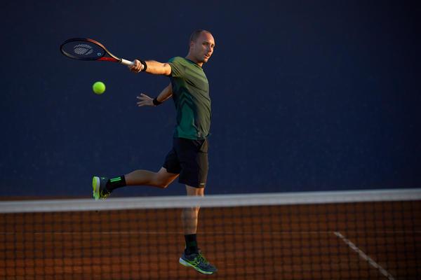 Stevic Darcis bei einer Rückhand mit dem Tennisschläger TR 990 PRO