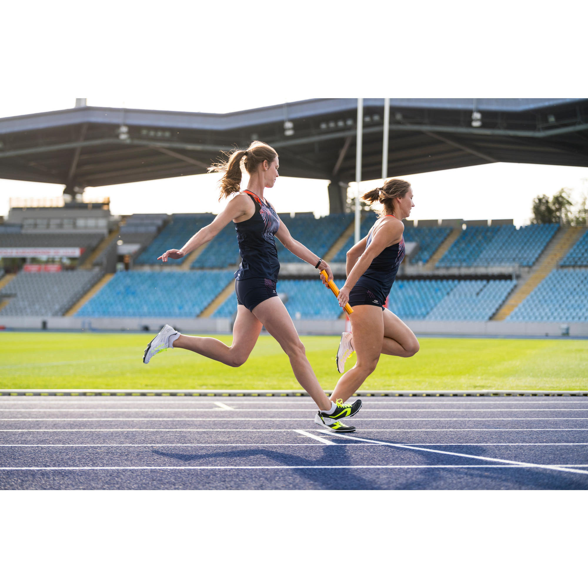 MIDDLE-DISTANCE RUNNING TRAINERS WITH