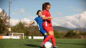 een meisje inschrijven voor voetbal