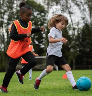 Voordelen voor kinderen van het spelen met een lichtere bal