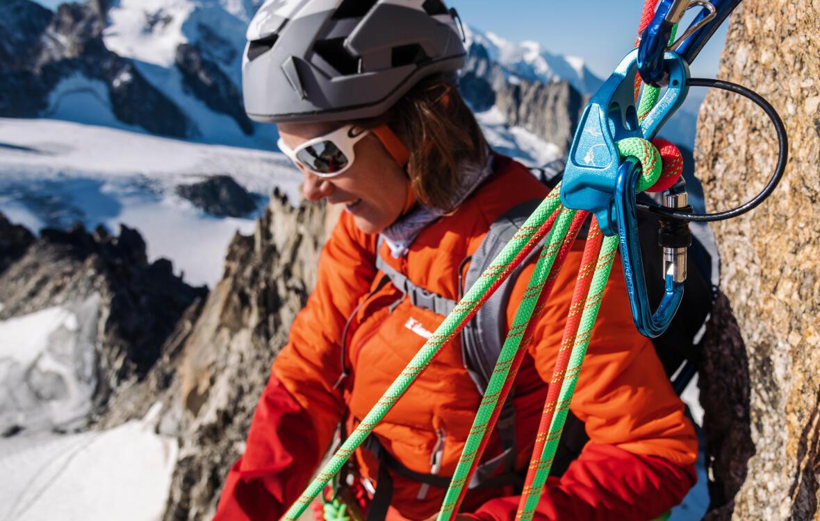 un alpiniste en action