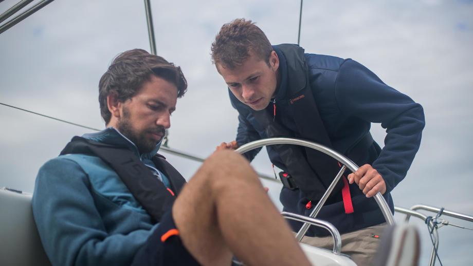 Pierre et Julien regarde le routage de la croisière