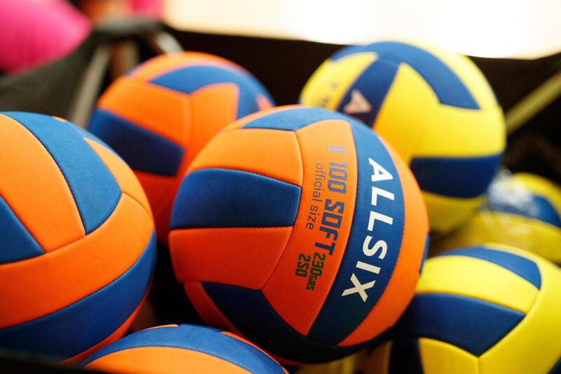 ลูกวอลเลย์บอลรุ่น V100 Soft 200-220 กรัม สำหรับเด็กอายุ 6-9 ปี (สีเหลือง/น้ำเงิน)