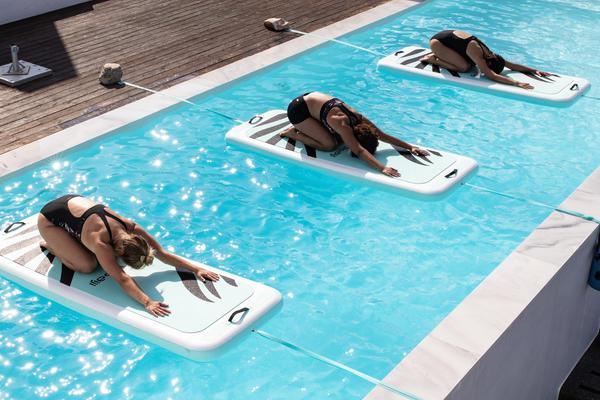 Aqua-Yoga auf der schwimmenden Aqua-Matte