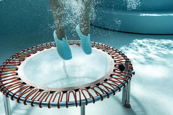 Aqua-Jumping im Schwimmbad