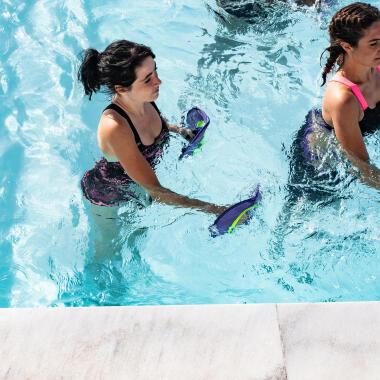 Aquafitness ist der perfekte Ganzkörpersport - Entdecke unser Pullpushs zum Muskeltraining
