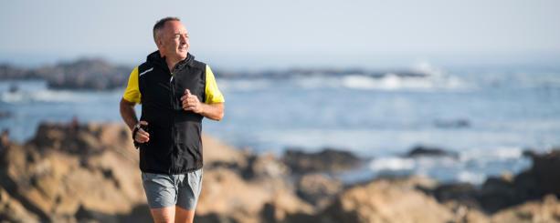reprendre le sport après 50 ans course le long de la place