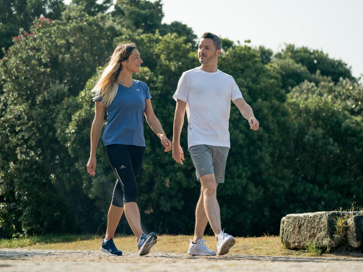 conseils-marche-nordique-vs-marche-sportive-couple-marche-newfeel