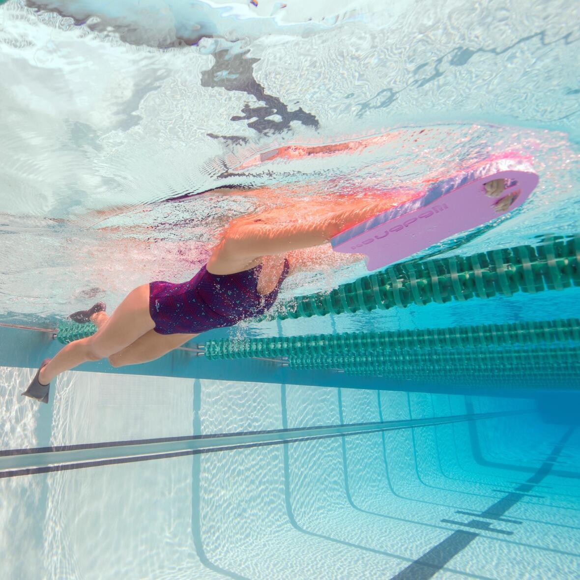Nager avec des palmes pour perdre du poids