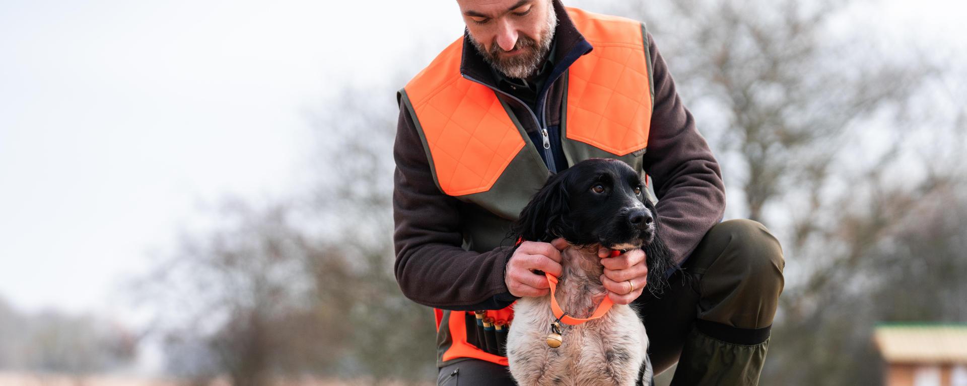 Avant de partir à la chasse avec son chien