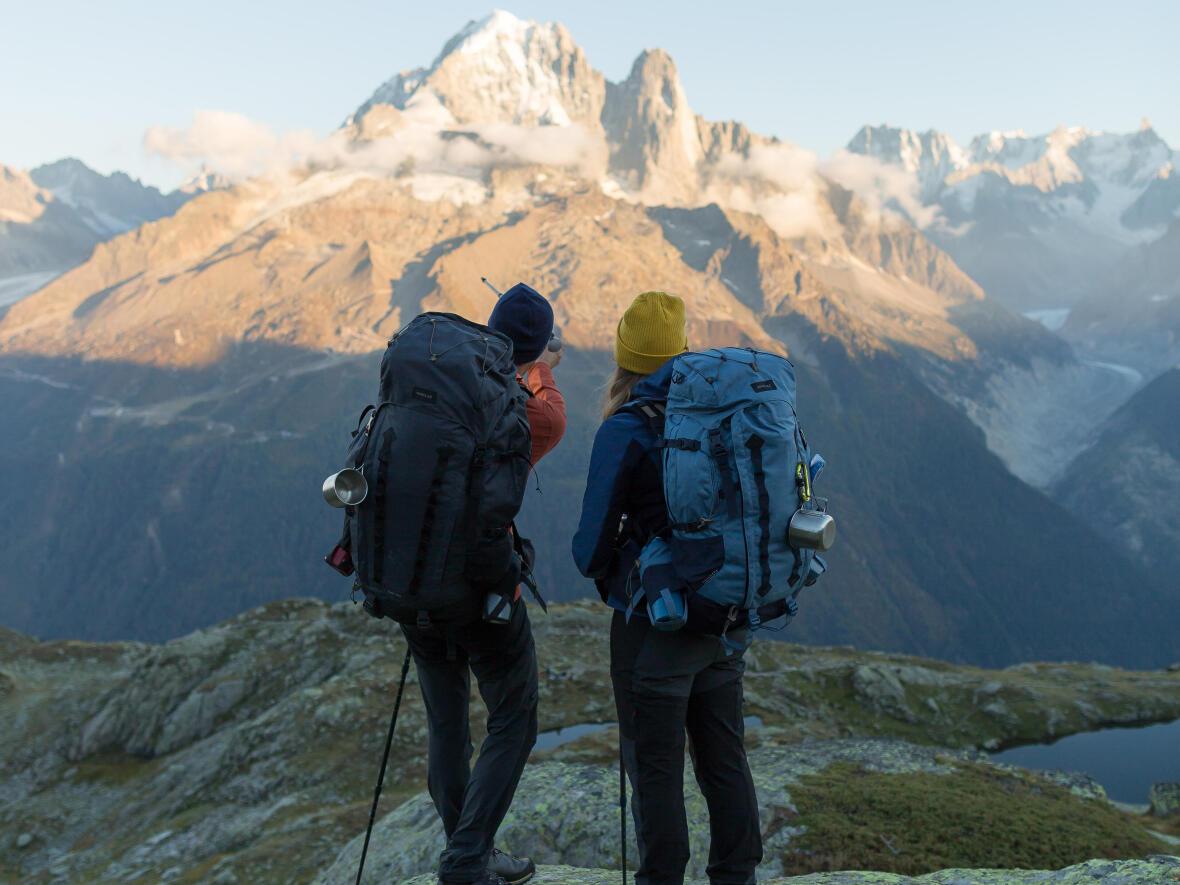 humilité face aux paysages lors d'un trek en montagne