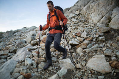 بنطلون Trek 900 للرجال للمشي لمسافات طويلة في الجبال - رمادي غامق