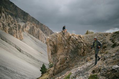 Vyriška neperšlampama kalnų žygio striukė nuo lietaus MH500, pilka / chaki