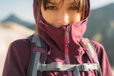 جاكت للسيدات MH500 مضاد للماء للمشي لمسافات طويلة في الجبال- نبيتي