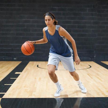 entraînement-dribble-exercices-ballon-basketball-femme