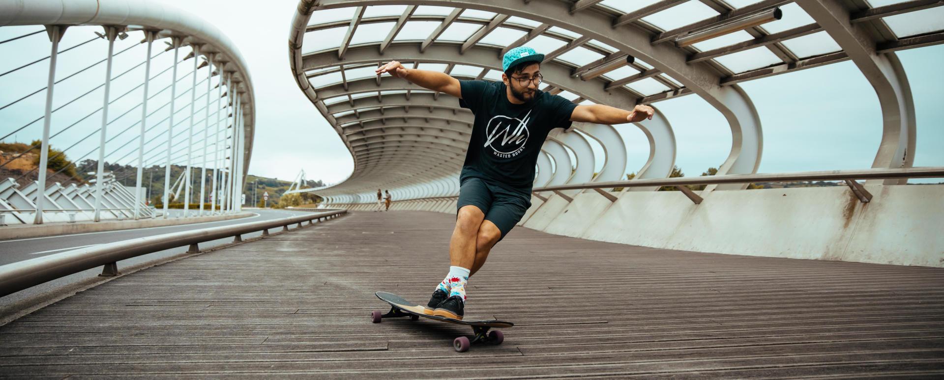 Homem a andar de skate na cidade