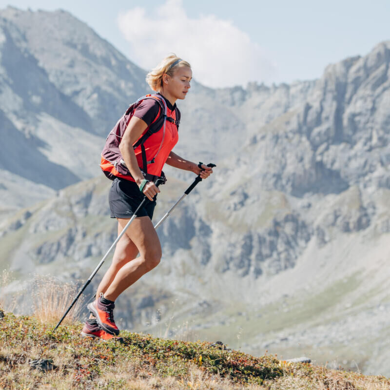 Our tips to properly use hiking poles while descending