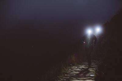 LAMPE FRONTALE DE TRAIL RUNNING ONNIGHT 710 NOIR ET ORANGE 300 LUMENS