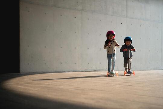Rulla tryggt: att tänka på när ditt barn vill börja åka inlines eller sparkcykel