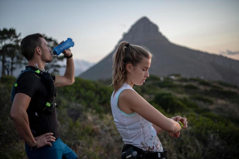 使用腰帶的水壺袋 在跑步時攜帶小型水瓶