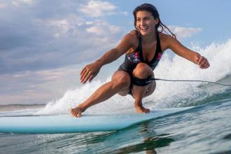 les bonnes raisons de se mettre au surf cet été