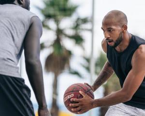 3 個挑戰高個子球員的籃球技巧