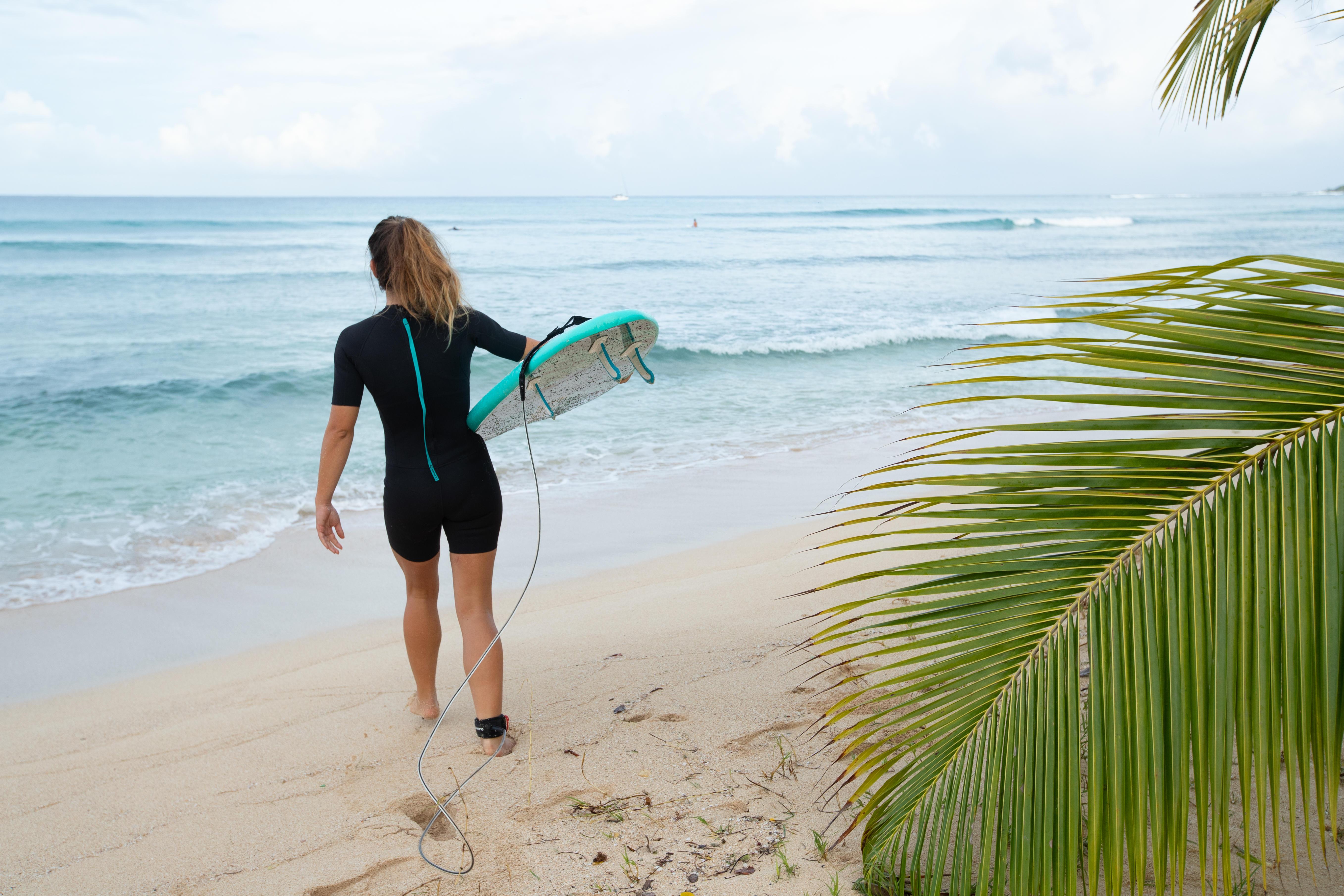 Neoprenshorty für Damen beim Surfen
