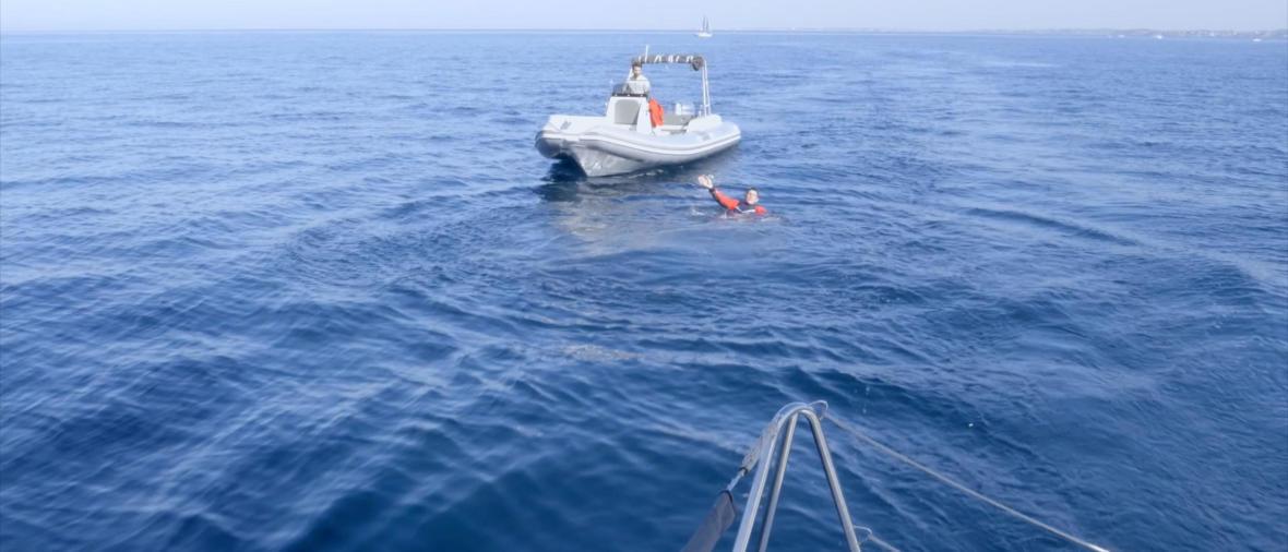 Pierre qui saute du bateau pour laisser Anaïs seule