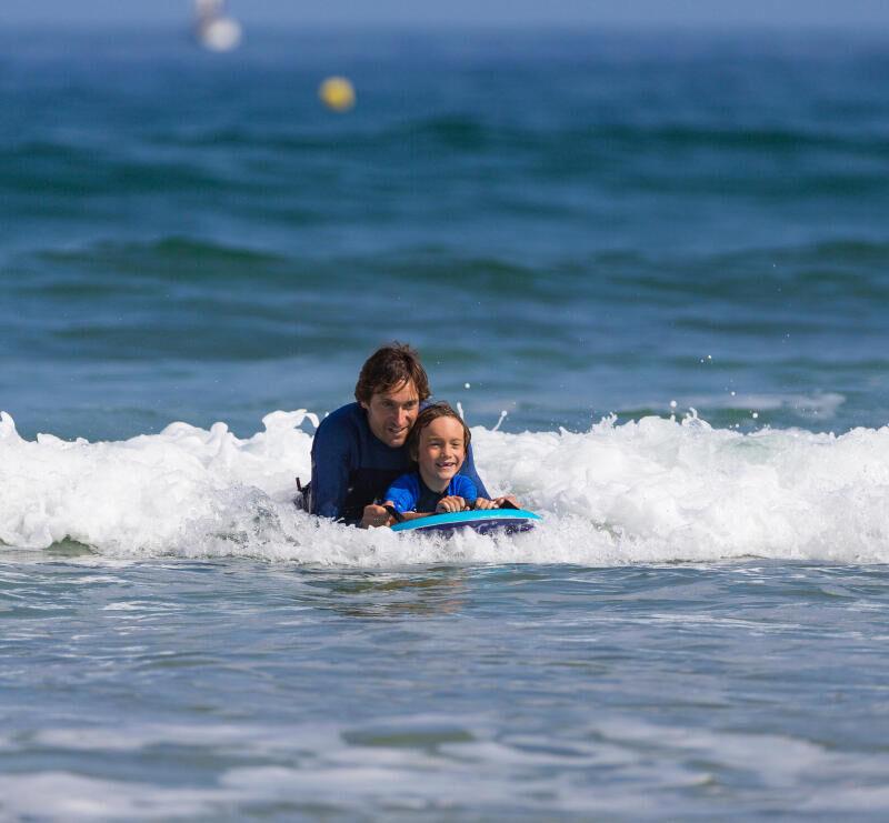 Olaian surfen bodyboarden met kinderen