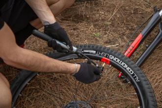 Gonfler ses pneus VTT : quelle pression choisir ?