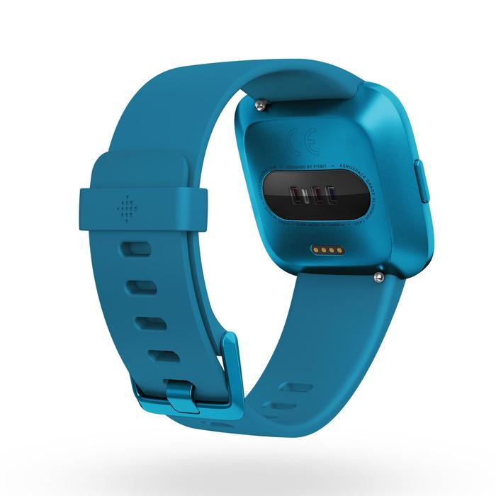 Smartwatch Versa Lite mit Pulsmesser am Handgelenk blau