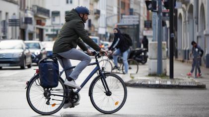 homme va travailler en vélo